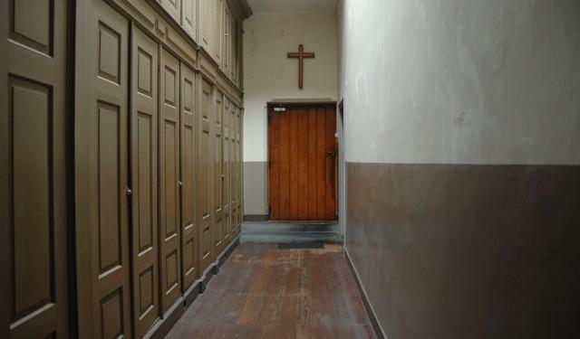 Kruisbeeld op de rommelzolder